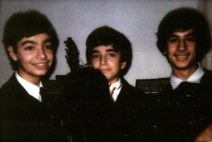 """Una testimonianza dell'antica passione di Massimo per i Fab Four: uno scatto dei primi anni '80, insieme ai suoi cugini, mentre suonano a una festa e in """"versione Beatles""""."""