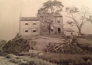 """Il Cottage della famiglia Brennan, dove Poe visse quando scrisse """"Il corvo"""" (1845). L'edificio fu demolito nel 1888."""