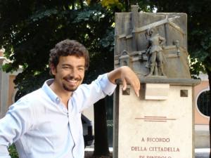 Un piccolo monumento che ricorda la fortezza di Pinerolo e il suo prigioniero più famoso.