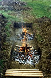 La legna viene bruciata nel percorso predisposto per la passeggiata.