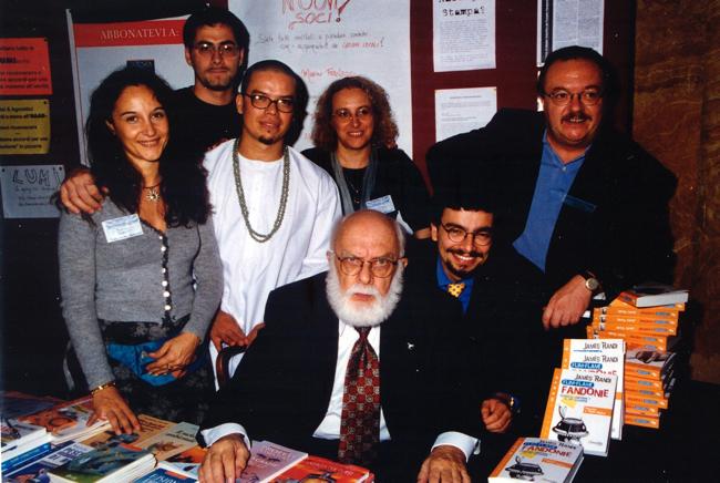 Foto di gruppo in occasione dell'uscita nel 1998, per Avverbi, dell'edizione italiana di Flim-Flam! di James Randi (al centro nella foto). Insieme a noi ci sono anche Riccardo Mancini (sulla destra), Rosalba Capozzi, moglie di Riccardo (alle spalle di Randi), l'artista Deyvi Pena nei panni del guru Carlos e il mentalista Max Vellucci.