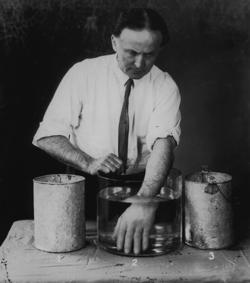 Il mago Houdini replicò per primo l'esperienza negli anni '20 del secolo scorso.