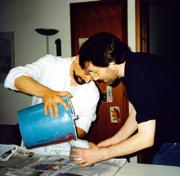 Garlaschelli e Ramaccini versano il gesso nel calco di paraffina.