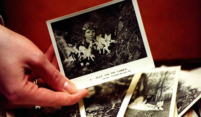 """Le celebri fotografie delle """"fatine"""" di Cottingley."""