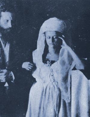 """Un'immagine del """"fantasma"""" di Katie King in compagnia del fisico William Crookes."""