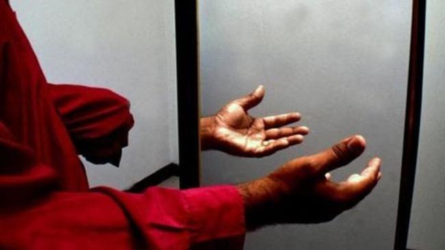 Con uno specchio i ricercatori curano l'illusione dell'arto fantasma.