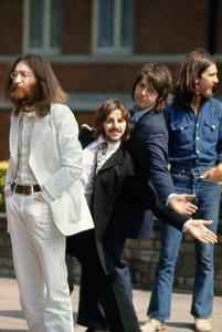 I Beatles nel 1969, mentre attendono di scattare la foto per la copertina di Abbey Road. L'avventura è ormai al termine.