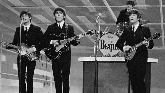 I Beatles all'Ed Sullivan Show, la prima apparizione televisiva nel 1964 che superò ogni record di ascolto. Nasceva la Beatlemania.